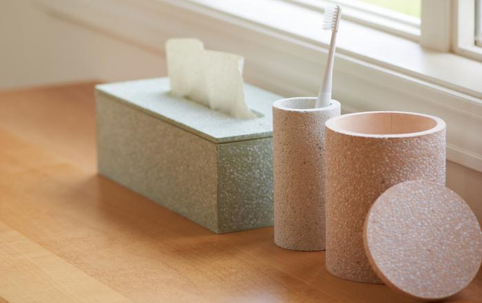 キッチン仕事が一息ついたら、身支度を整えて出かける準備です。吸水性・調湿性・調温性に優れた自然素材「珪藻土」でつくられた歯ブラシスタンドで、いつも清潔に。見た目もあたたかみのある佇まいで素敵です。