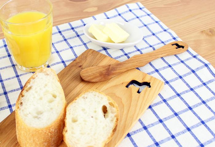 パンはおしゃれなカッティングボードで切って、そのままテーブルへ出しても様になります。おそろいのバターナイフ付きなのもかわいいですね。