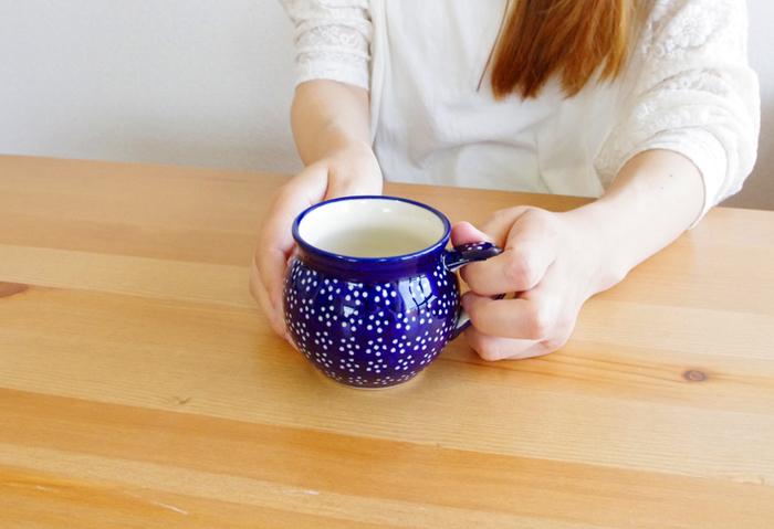 朝に飲む白湯は、50度くらいに冷ましてからがいいそうですよ。お気に入りの湯のみやマグカップでゆっくり飲めば、だんだんと身体が中から温まり、目覚めてくるのがわかります。代謝がよくなったり、デトックス効果もあるので、健康や美容に良い習慣だと言われています。