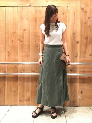 こちらは女性らしいシルエットが素敵な、ロング丈のサーキュラースカートです。丈の長いスカートは、コンパクトなトップスと好バランス。麻素材ならロング丈でも涼しく軽量で、夏のお出かけスタイルにぜひおすすめです。