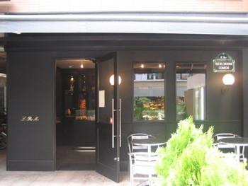 """シックな黒壁が素敵なル・プチメック御池店は、""""黒メック""""と呼ばれ、こちらの支店も変わらぬ人気です。 他に、大丸京都店や中京区池須町に小さな「おまけ店」もありますよ。"""