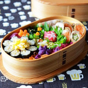 いつもの海苔巻を、ちょっとアレンジしてお花型に詰めてみるのも素敵ですね。小さなお弁当箱にお花畑があるような、そんなイメージが湧いてきます。