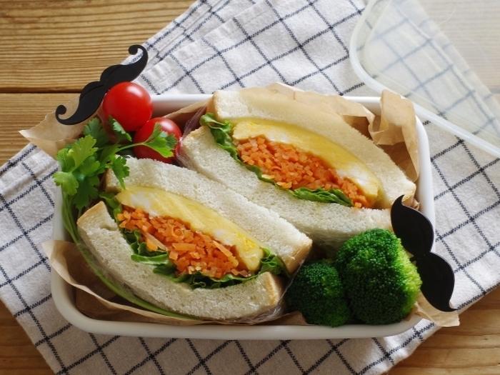 清潔感のある白いホーローを活用した、サンドイッチの詰め方です。隙間をほどよく埋めるワックスペーパーを使うことで、ナチュラルな雰囲気も演出できます。