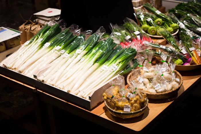 Chusの1階は野菜や特産品の並ぶ、直売スペースとなっています。地元の生産者さんの作られた、ぴかぴかの新鮮野菜が並んでいますよ。