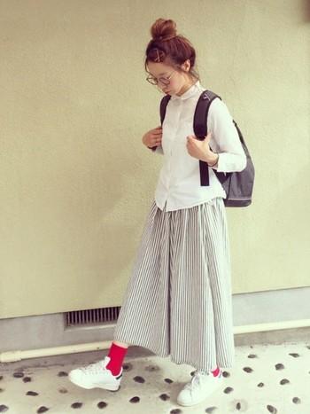 フェミニンなサーキュラースカートですが、実はボーイッシュなバッグパックとも相性抜群。こちらはシャツ+スニーカーと合わせた、ちょっと学生風の可愛いスタイル。赤いソックスもキュート!!
