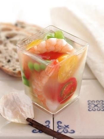 小さめのグラスにぎっしりと色とりどりの食材を入れることで、見た目も華やかで、食べても満足なゼリー寄せになります。コンソメ味のゼリーの中に、クリームチーズを入れることで、柔らかな食感と濃厚な味わいが楽しめる一品ですよ。
