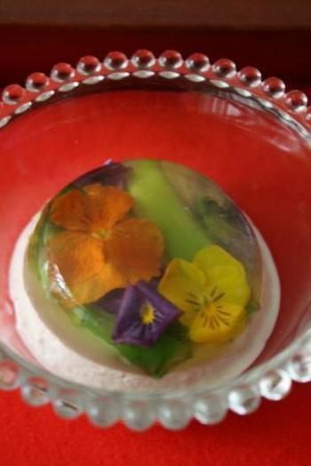 食べられるお花を入れたゼリー寄せを、ハムのムースと合体させています。ハムのムースには生クリームを加えているので、普通に食べるよりもなめらかです。ゼリー寄せだけではさっぱりしすぎるかなという時には、ハムのムースを合わせると良いですね。