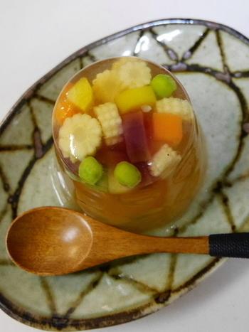 コンソメ味でさっぱりとしたサラダのゼリー寄せです。ヤングコーンを入れると、コリコリした食感が柔らかいゼリーの中で生きますね!入れる野菜を同じくらいのサイズに切っておくと、一口で食べやすいですよ。