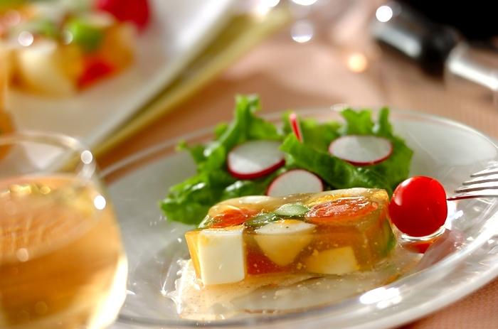 スモークサーモンを入れると、何でも美味しくなるような気がします。絶妙な酸味とうまみが加わるので、シンプルな食材の中で引き立ちますね。このゼリー寄せだけでも美味しいですが、ドレッシングにはドレッシングビネガーにディジョンマスタードとアプリコットジャムをサラダ油に加えて塩こしょうで味を整えた物がおすすめです。サラダ油の変わりに、ココナッツオイルやオリーブオイルを使っても良いかもしれませんね。