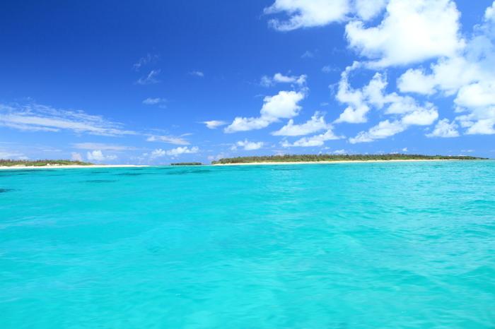 ハテの浜は、久米島の東側に位置する奥武島とオーハ島の沖合に浮かぶ3つの砂洲(「前の浜(メーヌハマ)」「中の浜(ナカヌハマ)」「果ての浜(ハティヌハマ)」)の総称です。