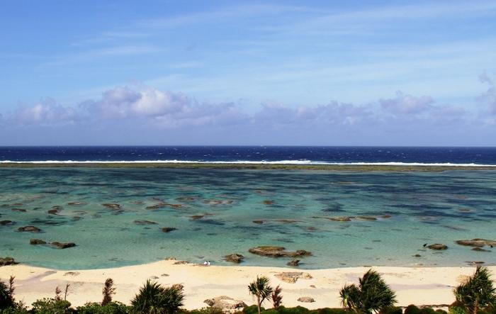 空港からも近く、遠浅のシンリ浜では、足が届くところにサンゴ礁が広がっており、海中では色とりどりのサンゴや熱帯魚を見ることができます。駐車場、トイレ、シャワーといった設備も整っているシンリ浜は、大人から子供まで楽しむことができるシュノーケルスポットとして人気があります。