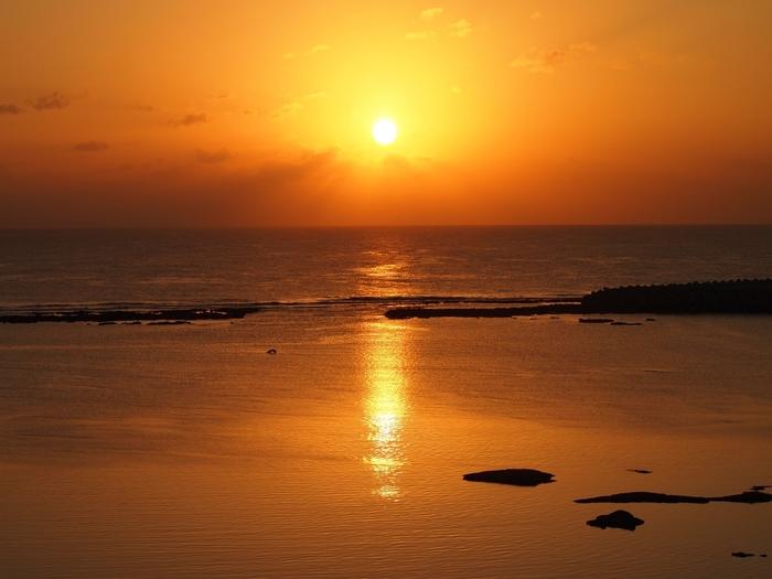 シンリ浜は、夕陽の名所でもあります。透き通る碧い海が夕陽に照らされて赤みを帯びてゆく様は、この世のものとは思えないほどの美しさです。