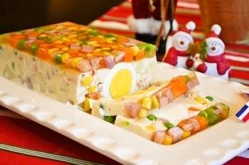 透明なゼリー寄せと、マヨネーズとサワークリームを加えた白いゼリー寄せの二層仕立てです。真ん中に入れた大きなゆで卵がインパクト大ですね。各自、味を足したい場合は、マヨネーズやごまドレッシングなどを添えても良いですね。