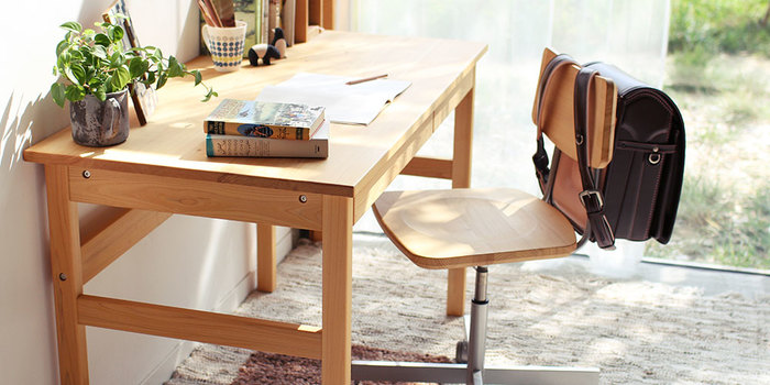 「キシル」の人気商品は学習机です。ひのきの無垢が持つ質感や手触り、安心して使える点などが多くの人に支持されています。