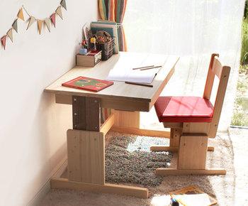 学習机と一言にいってもデザインは様々。高さが調節できるタイプやコンパクトなタイプなど色々あります。