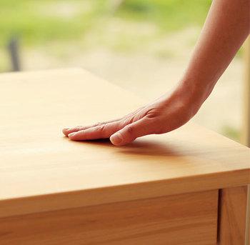 「キシル」のもう一つの特徴は無垢の仕上げであること。優しく滑らかな手触りは、自然の木ならではの質感でリラックス効果やアロマ効果を私たちに与えてくれます。