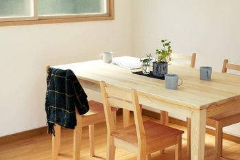 無垢の日本の木にこだわった「キシル」からダイニングテーブルが登場しました。人気の学習机の質感をそのままに、木の温もりや優しさが感じられるテーブルです。