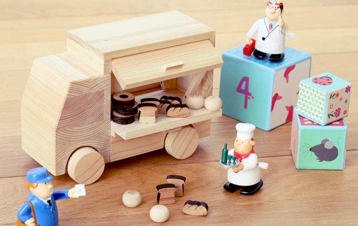 家具を作った際に生まれる木片を再利用して作られるおもちゃも「キシル」らしい商品。もちろん無垢のひのき材で、子供にも安心して与えられます。