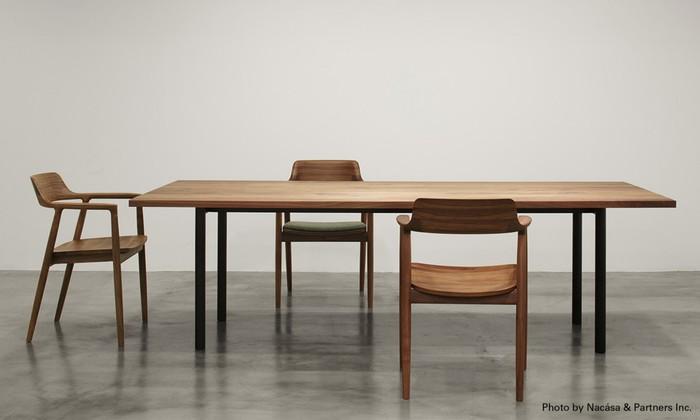 無垢の天板とスチールレッグのコントラストがかっこいいダイニングテーブル「MALTA」シリーズ。デザイナー・深澤直人によるものです。