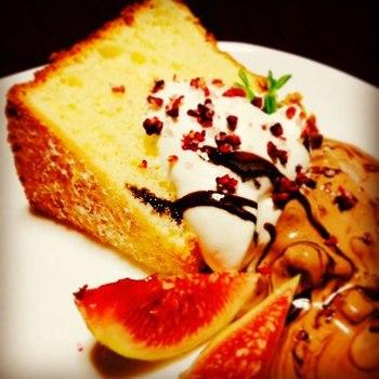シフォンケーキに、生クリームとアイスクリーム、そしてフルーツソルトのフランボワーズをアクセントに。甘みと塩味のマリアージュがおいしさをより引き立ててくれます。