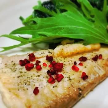 フランボワーズソルトを使って、白身魚のムニエルを♪淡白な白身魚には、フルーツの風味が合いそうですね。魚の臭みも消してくれそうです。