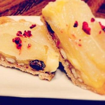ラムレーズンとシナモンの梨タルトに、フランボワーズソルトをトッピング。鮮やかなレッドが映えますね。辛口のシャンパンと合わせる大人のデザートだとか。