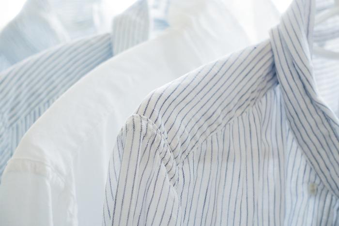 Yシャツなどの襟や袖の頑固な汚れには、洗濯機に入れる前に、セスキ水を吹きかけてしばらく放置しブラシなどでこすってからお洗濯してみましょう。セスキ水を吹きかけた後に、石鹸を塗りつけてこすると更に汚れが落ちます。