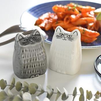こちらはJAPAN SERIESでも大人気の商品、ソルト&ペッパー。食卓の上のインテリアとしてもかわいいですね!白が塩でグレーがペッパーとわかりやすいのも機能的です。