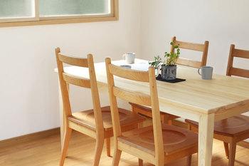 森林の環境と住環境、その二つを共に良くしてくれるのが「キシル」の家具たち。新しく加わったダイニングテーブルは、リビングに森の風を運んでくれる素敵なアイテムですよ。