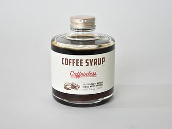 まず最初に紹介するのは、静岡を拠点にコーヒー豆の焙煎・販売を行う「IFNi ROASTING&Co.(イフニ ロースティング&コー)」の希釈タイプの濃厚カフェインレス・コーヒーシロップ。 99.9%カフェインを除いた豆を使用したカフェインレスコーヒーなので、妊婦さんや小さなお子様、おやすみ前にも安心して飲めるのが嬉しいですね♪