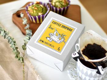 コーヒー豆の原産国に住む動物たちが描かれた、キュートなパッケージが目を引くこちらのコーヒードリップバッグも「イフニ ロースティングアンドコー」のもの。 コーヒー1杯分の豆(8g)が入っているのでカップに掛けてお湯を注ぐだけ!やかんとカップがあれば簡単に飲みたい時に本格ドリップコーヒーが楽しめます。