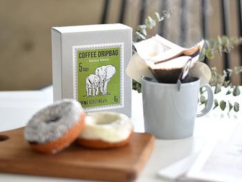 グリーンの「ケニアブレンド」は甘みとコクのバランスが抜群でスイーツとの相性も◎ しっかりとした味なので、氷の上でドリップしてアイスコーヒーにするのもおすすめです。