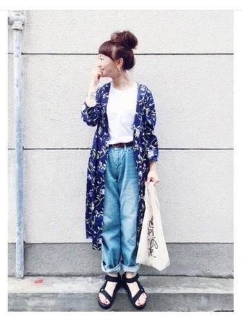 鮮やかな柄物ガウンは、Tシャツ×デニムのシンプルなコーディネートにさらっと羽織るのがポイント!フェミニンなカジュアルスタイルに仕上がっていますね。