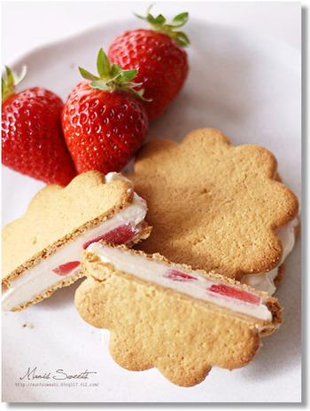 バニラアイスをソフトクリーム状になるまで練り、フルーツブランデーの苺を入れて混ぜ、薄焼きクッキーでサンド。あとは冷凍庫へ。フルブラ苺の代わりに、冷凍の苺やブルーベリーなど使ってもいいですね。