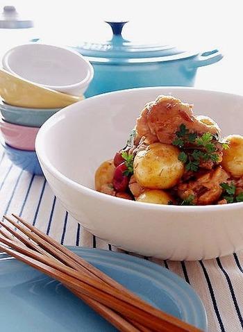 鶏の手羽元とジャガイモを梅ジャムと梅干しで煮込んだ梅の風味豊かな煮物は、暑い夏の食卓にさわやかな香りを運んでくれそう。