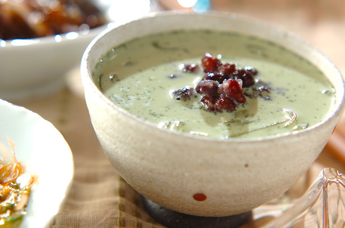 抹茶ミルク葛きり。上品で優しい和菓子、葛きりを抹茶ミルクとゆで小豆でいただきます。氷など浮かべるのも、夏らしいですね。風鈴の音が聴こえてきそうです。