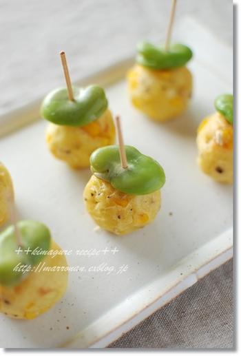 かわいい形のコロリン♪コーンポテト。マッシュポテトにとうもろこしとマヨネーズを混ぜて、丸めてトースターで焼き、そら豆と楊枝で刺すだけの簡単おかずです。つまんで食べられるので、運動会などのお弁当にも最適!