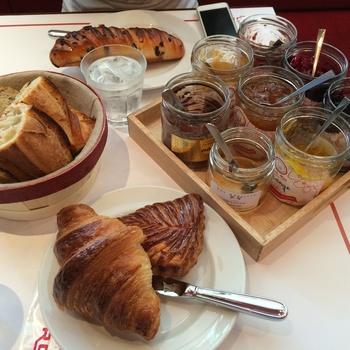 『ヴィロンの朝食』は、パン+ジャム+ドリンク+オレンジジュースのセット。 特にフランスから専用の小麦粉を取り寄せて焼くレトロドール(バケット、画像左)は店の原点となる商品です。