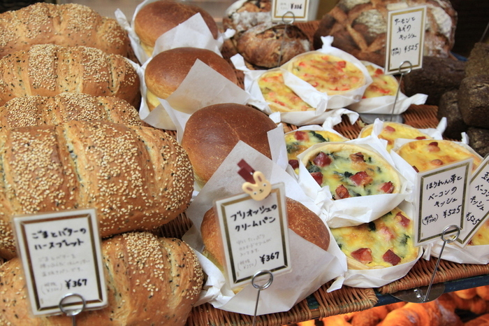 その品揃えの多さとハード系パンの美味しさが人気です。 カンパーニュやライ麦を使ったハードパン、フルーツをたっぷりと使ったデニッシュ、ふわりと優しいクリームパンなど、幅広い年齢の方も満足出来る品揃え。毎日焼きたてのパンが約70種類以上が並びます。