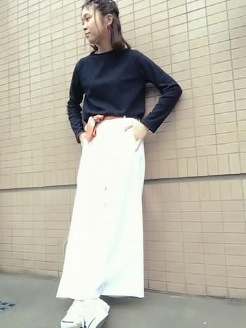 白のロングスカートとあわせて、足元をホワイト×ホワイトで魅せるコーデ。スマイルラインが程よいアクセントを効かせています。