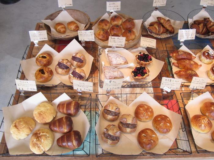 広々とした店内には、アイアンカゴにお洒落に並べれたパンがずらり。種類が多く、個性的なパンも多く見られます。