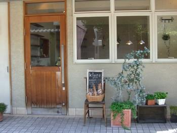 美味しいパンと素敵な店員さんの接客で地域に強く根付いたパン屋さん「クロア」。 雑貨屋さんのようにかわいらしい佇まいです。