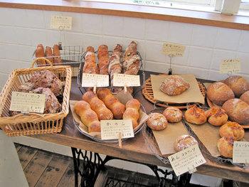 丁寧に手間暇をかけて発酵させたパンは、そのままシンプルに味わっても、飲み物と一緒に味わっても、バターやジャムをつけて食べても最高の味。ハード系のパンを中心に、惣菜パンや菓子パンなど多彩なパンが揃っています。