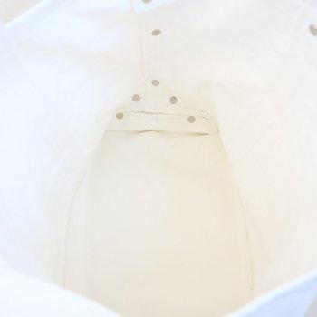 中底はビニール素材で防水加工が施されています。これなら、汚れが溜まってもお掃除が楽ちんですね♪