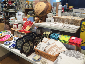 商品ラインナップは手ぬぐいや椅子、お皿、扇子など様々!今回は陶器の商品を中心にご紹介していきます。