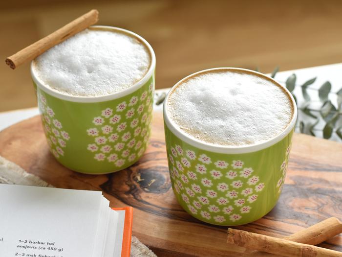 marimekko(マリメッコ)から2011年に誕生した「ラテマグ」。小さなブーケ(花束)をモチーフにしたPUKETTI(プケッティ)は、古くから現在まで人気のデザインです。テーブルを可愛らしく華やかに演出してくれますよ。こんなに小さくても、レンジ・オーブンOKの実用性抜群なアイテムなので、ドリンクだけではなくお料理やお菓子作りにも幅広く使えます*おもてなしの時や、プレゼントにも素敵なマグです。
