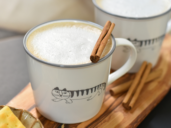 温かい飲み物にはこちらのマグカップがおすすめ。ホットコーヒーやスープなど、マルチに使えるスタンダードなサイズ。3時のおやつはマイキーと一緒に、愉しいひと時を♪