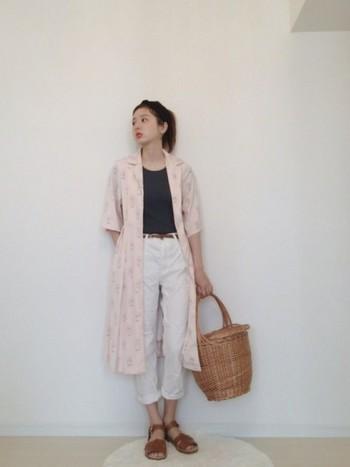 淡いピンク色のプリントワンピースをガウン風に羽織った着こなしには、黒のトップスで引き締め感をプラス。かごバッグを合わせれば、ピクニックデートにぴったりのコーディネートの完成♪
