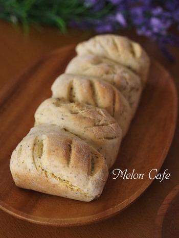 ホットケーキミックスと、紅茶を使ったチャイ風味のちぎりパンレシピ。おやつにしたい場合は、砂糖を入れて甘くしてもOK。