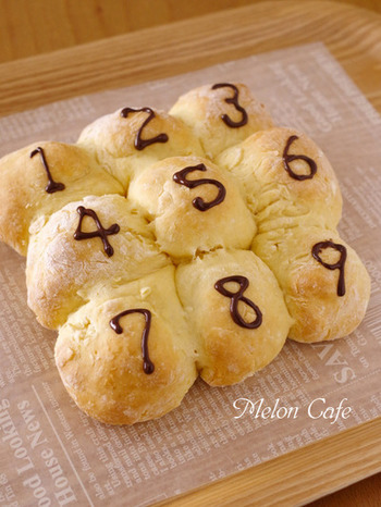 可愛くデコって、お子さん用のおやつパンにも。中には、チョコレートが隠れた豆乳ちぎりパン。材料もシンプルでレシピも簡単です。
